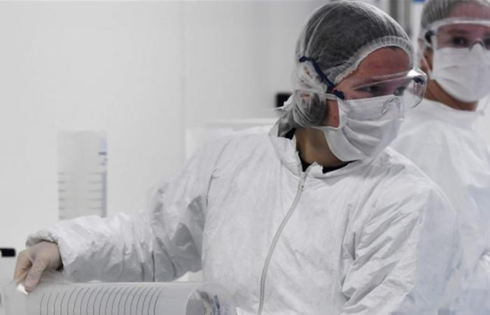 للمرة الأولى عالمياً.. إصابة شخص بسلالتين من فيروس كورونا في آن واحد