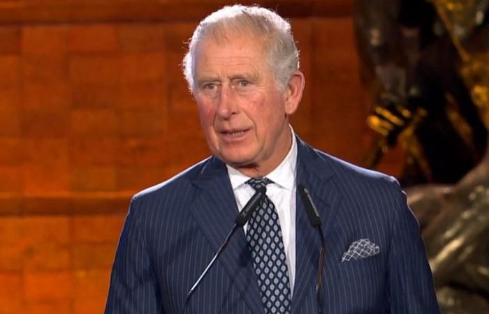 الأمير تشارلز يصفق في ظهوره الأول بعد إعلان إصابته بكورونا.. شاهدوا