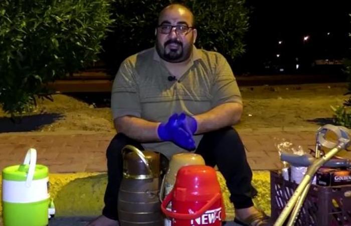 العراق   عراقي يعاني من الشلل يقدم الشاي لأفراد الأمن أثناء الحظر