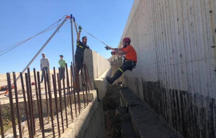 إنقاذ كلب محتجز تحت جسر قيد الإنشاء في جديتا (صور)