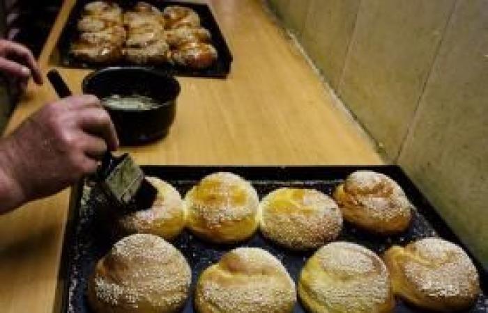 فلسطين   الحاج حمدي دويك.. يتفرد بصناعة حلوى النواعم الشعبية في الخليل القديمة