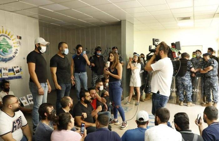 محتجون يقتحمون وزارة الطاقة.. وإشكال مع القوى الأمنية (فيديو)