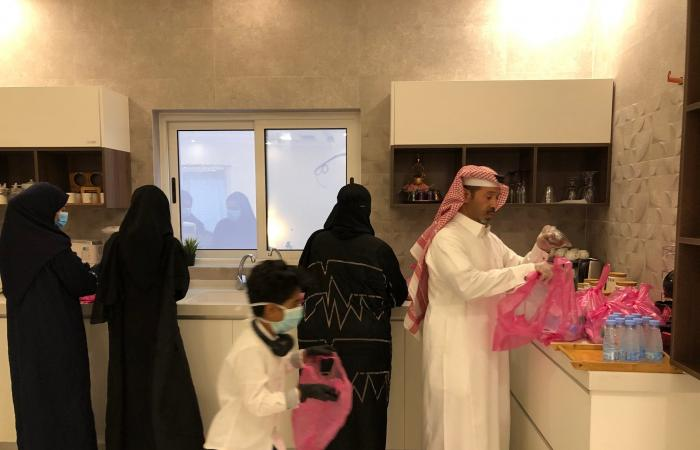 السعودية | السعودية: عائلة تعد الإفطار للمحتاجين يومياً في رمضان