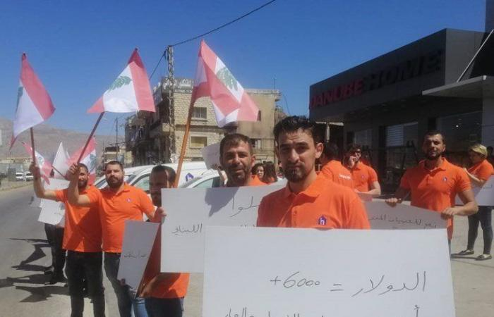 اعتصام لعمال المؤسسات التجارية على طريق تعنايل (صوَر)
