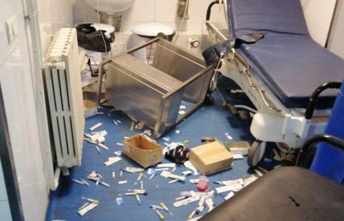 بالصور: غضب وتحطيم زجاج في مستشفى طرابلس إثر وفاة طفل!