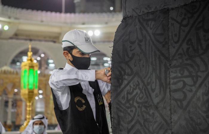 السعودية   بالصور.. البدء في رفع الجزء السفلي من كسوة الكعبة