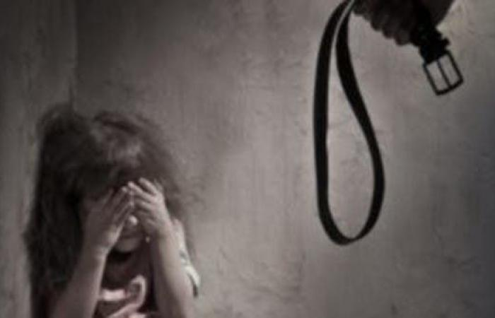 مصر | مصر.. والد يعذب ابنته ويقيدها بالسلاسل والسلطات تتدخل