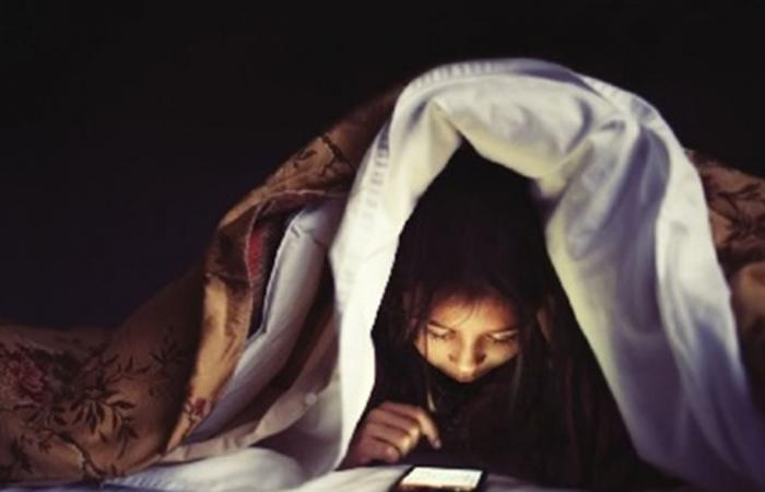 تحذير هام من استخدام الهاتف ليلاً.. قد يؤدي الى أمراض خطيرة