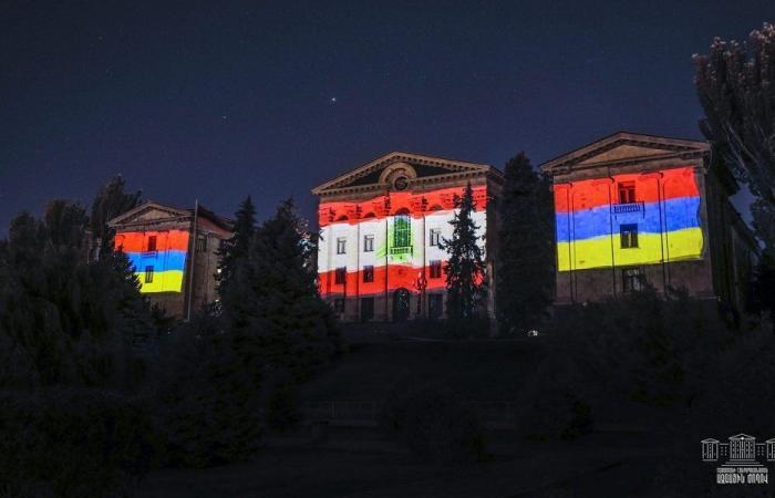 بالصور والفيديو- اضاءة البرلمان الأرمني بألوان العلم اللبناني