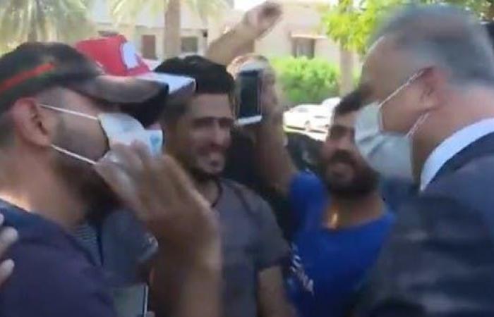 العراق | موقف طريف..الكاظمي بين المتظاهرين وحديث عن الحب!