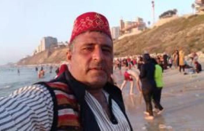 فلسطين | بائع الخروب بلباسه التقليدي.. من شوارع طولكرم إلى شواطئ يافا ونتانيا