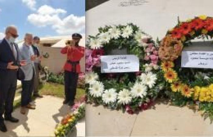 فلسطين | في الذكرى الـ12 لرحيل محمود درويش.. أبو عمرو يضع إكليل زهور باسم الرئيس على ضريح الشاعر