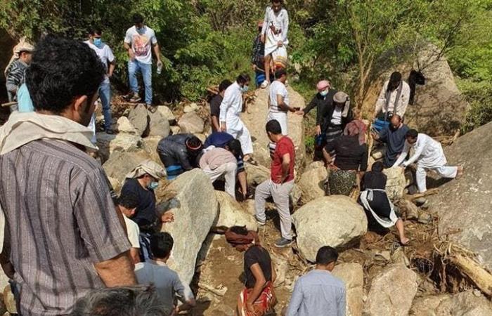 السعودية | صور مرعبة.. إخراج 4 جثث لسعوديين سقطت صخرة على سيارتهم