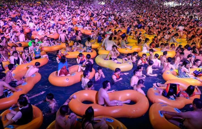 آلاف الصينيين في ووهان يتحدون كورونا ويرقصون في الماء