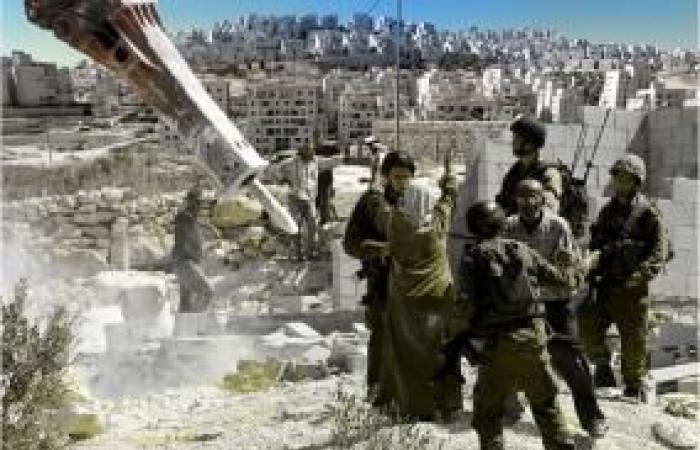 فلسطين | مقدسيون يؤدون الصلاة في خيمة اعتصام بسلوان رفضاً لسياسة هدم المنازل
