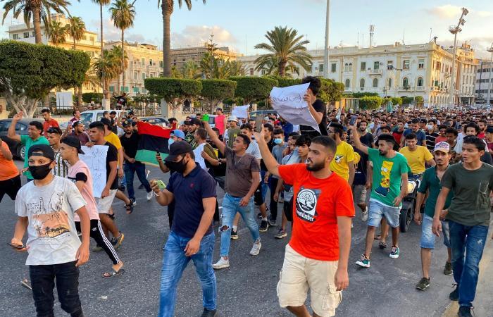 """""""ارحل ارحل"""".. غضب في طرابلس ونار المرتزقة تكوي السراج"""