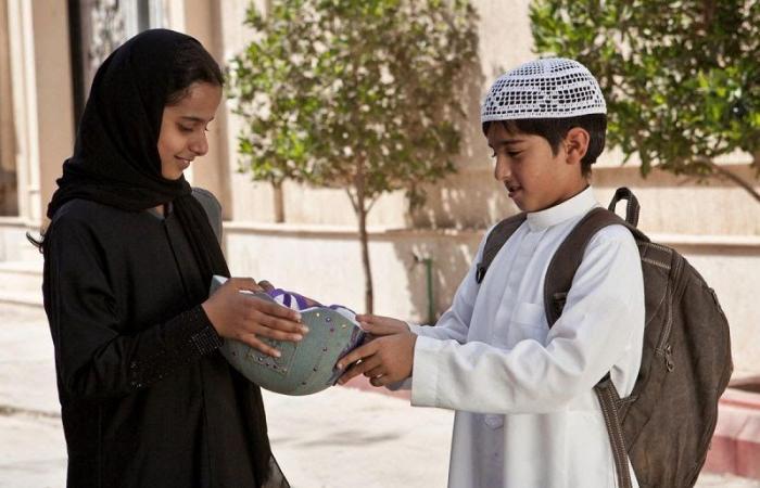 """""""لو ركبتِ دراجة فلن تستطيعي الإنجاب أبداً"""".. كيف تُربّى الفتيات السعوديات منذ الصغر؟ عن الفيلم السعودي """"وجدة"""""""