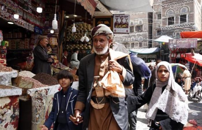 انهيار العملة ينهك اليمنيين وسط ارتفاع قياسي لأسعار السلع الغذائية