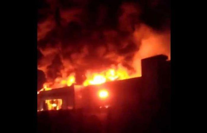 بالفيديو: حريق كبير بمنشأة للألبان في طهران