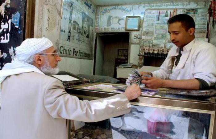 الريال اليمني يفقد ربع قيمته منذ مطلع 2020 ويهدد واردات الغذاء