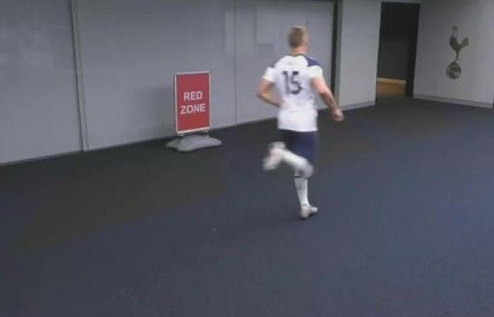 لاعب توتنهام يترك مباراة تشيلسي ويذهب إلى دورة المياه