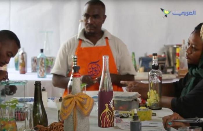 سوداني يحول نفايات الزجاج إلى تحف فنية