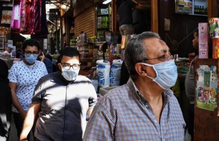 متاجر مصرية تبيع الكمامات بخسارة لعزوف الناس عن شرائها