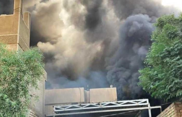"""موالون """"للحشد الشعبي"""" يحرقون مقر حزب بارزاني في بغداد"""