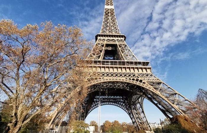 في ذكرى 17 تشرين.. تجمع قرب برج إيفل في باريس (فيديو)