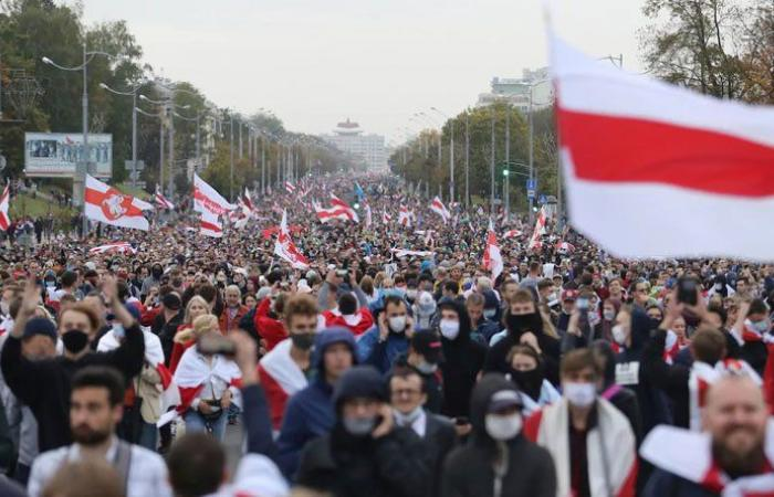 رغم التهديد بالسلاح… تظاهرة ضخمة للمعارضة في بيلاروسيا