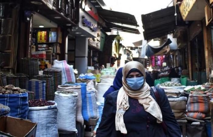 """المصريون يشترون حلويات """"المولد النبوي"""" بالقطعة وسط الأزمة المعيشية"""