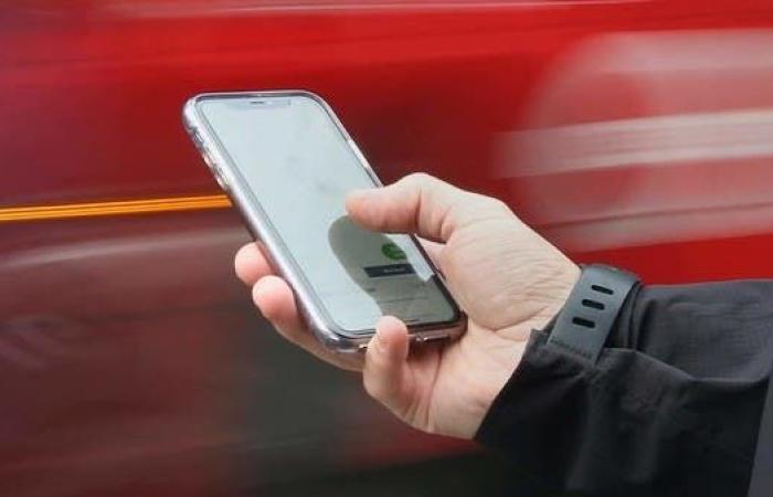 بريطانيا ستمنع شركات الاتصالات من بيع الهواتف المقفلة