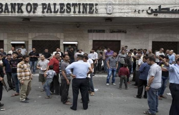 الحكومة الفلسطينية تدفع نصف راتب موظفيها للشهر الخامس على التوالي