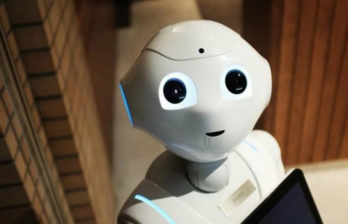 Robovie .. روبوت يفرض ارتداء القناع في اليابان