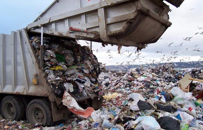 """تراكم النفايات في صيدا: العمال يواصلون إضرابهم… """"نريد العيش بكرامة"""""""
