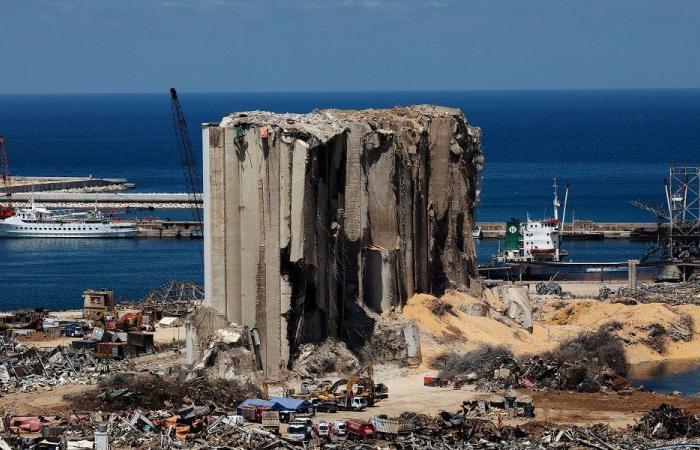 نصف مرفأ بيروت أرض محروقة… ورائحة الموت تفوح من الإهراءات