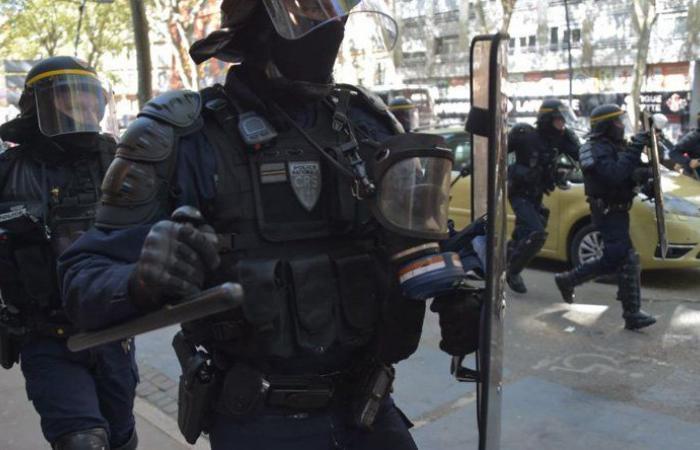 تعليق عمل عناصر شرطة استخدموا العنف في فرنسا