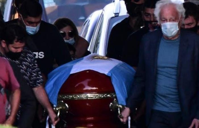 دفن مارادونا بجوار والديه