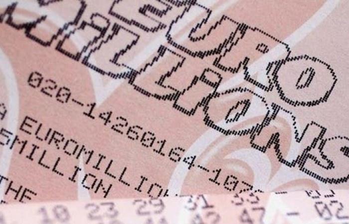الأكبر بالتاريخ.. فرنسي يكسب ربع مليار دولار من ورقة يانصيب