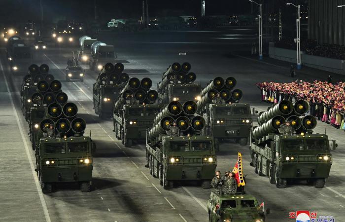 كوريا الشمالية تستعرض صواريخ باليستية جديدة