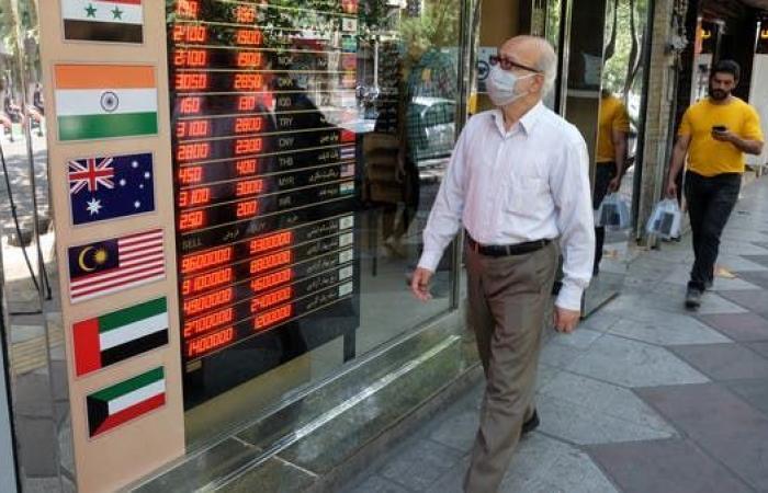 ضرباتان لاقتصاد إيران.. استقالة رئيس البورصة والتضخم عند 46%