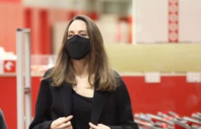 """عدسات """"الباباراتزي"""" ترصد أنجلينا جولي أثناء جولة تسوق.. ما الذي كانت ترتديه نجمة """"هوليوود""""؟ (صورة)"""