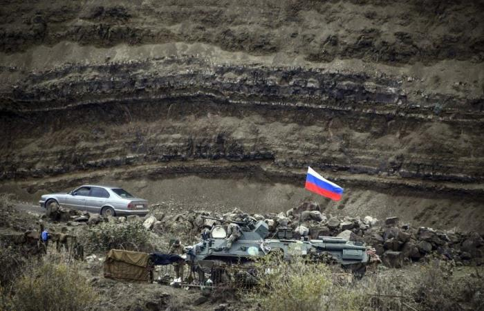 رئيس الوزراء الأرميني يقيل رئيس الأركان بعد اتهامه الجيش بتدبير انقلاب