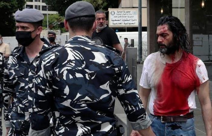 قاضية مشاكسة تشغل لبنان.. دم يسيل وفاسدون يهللون