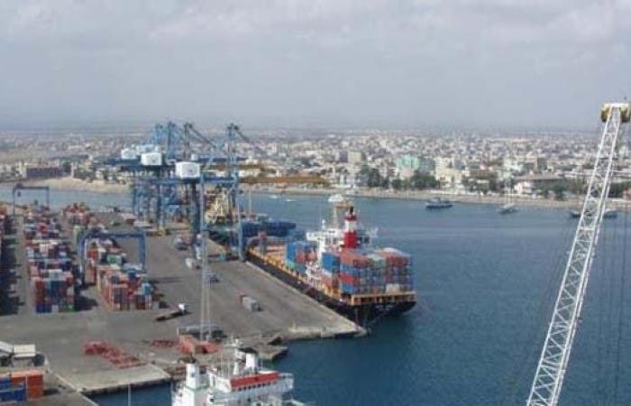 بارجة روسية ترسو في ميناء بورتسودان