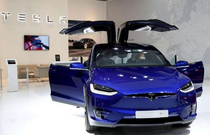 تيسلا لن توفر السيارات الذاتية القيادة بالكامل هذا العام
