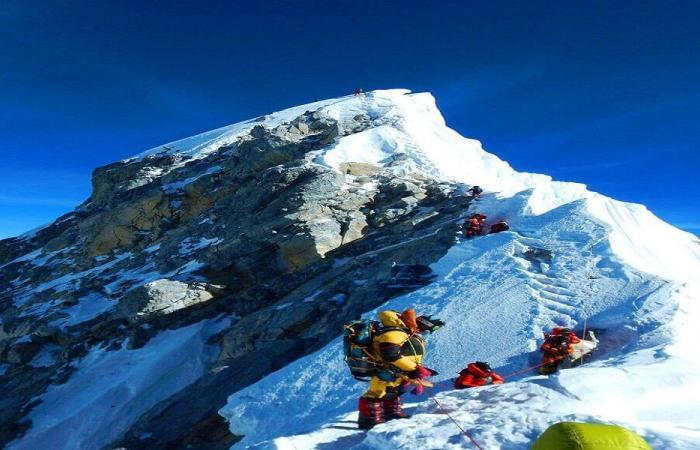 نيبالي يحطم الرقم القياسي ويتسلق جبل إفرست 25 مرة!
