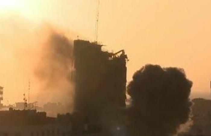 لحظة انهيار برج الشروق في غزة بعد قصفه من قبل إسرائيل (فيديو)