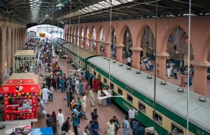 فيديو مروع.. مجزرة قطارات في باكستان تحصد 35 قتيلاً
