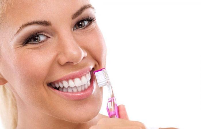 طبيبة تُحذر: لا تنظفوا أسنانكم فوراً بعد تناول الطعام!